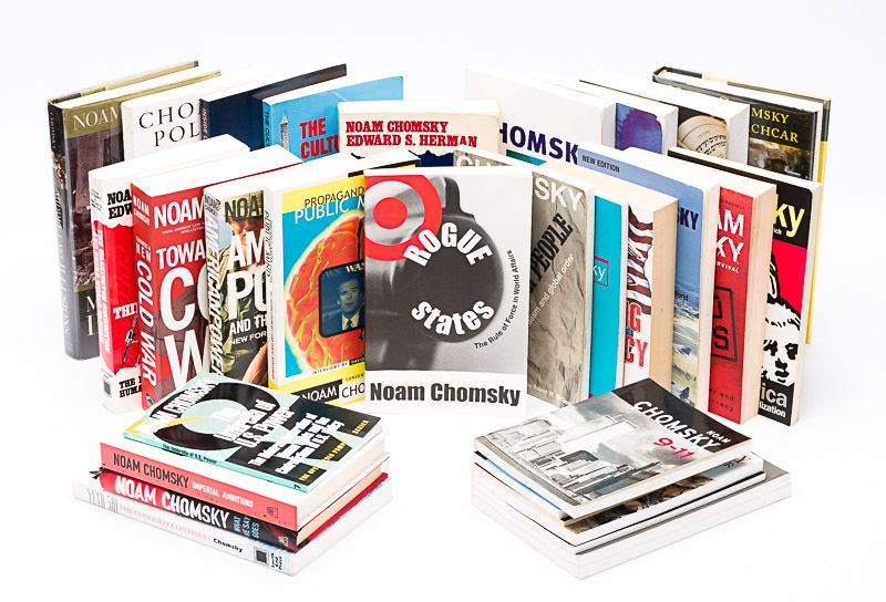 Chomsky, Collection of 40 (forty !) signed books by Chomsky, focusing on hi